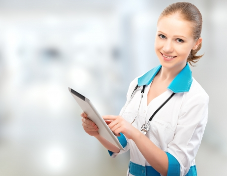 nurse uniform: M?co joven mujer con un equipo Tablet PC Foto de archivo