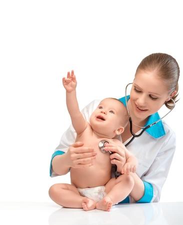 医師の小児科医医師で赤ちゃん白で隔離され、聴診器で心に耳を傾け 写真素材