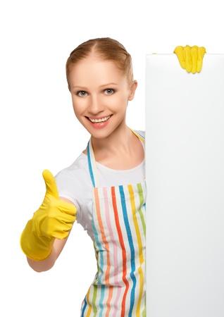 personal de limpieza: Ama de casa feliz con los pulgares para arriba con la cartelera blanca vac�a aislada en el fondo blanco