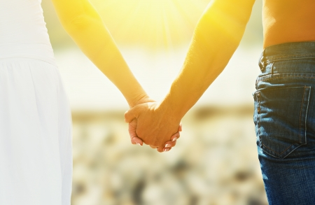 Concept d'amour et de famille. les mains des amoureux, hommes et femmes à la plage Banque d'images - 21431405
