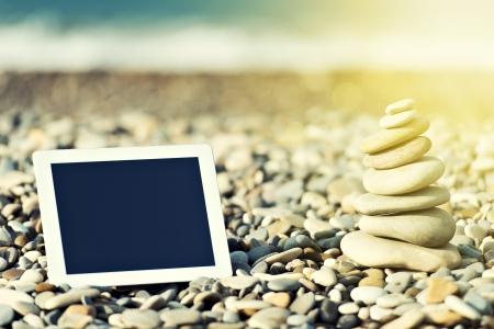 computadora: concepto de internet y la comunicación. blanco tablet PC vacía en la playa Foto de archivo