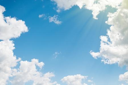 배경. 흰 구름과 아름 다운 푸른 하늘 스톡 콘텐츠