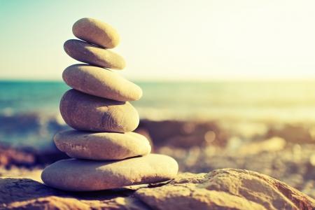 バランスと調和の概念。自然の中で海の海岸の岩