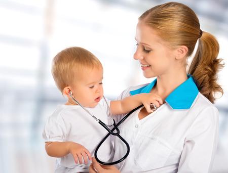 pediatra: mujer m?dico pediatra y el beb? ni?o feliz paciente
