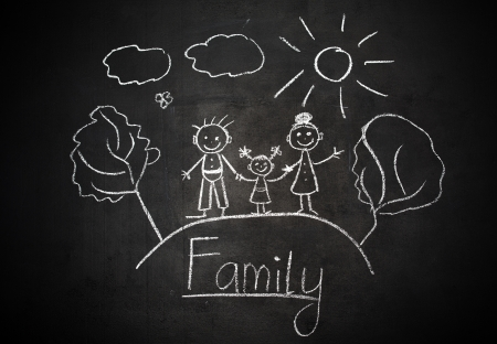 Le dessin de l'enfant à la craie sur une famille heureuse de tableau noir d'école Banque d'images - 23333998