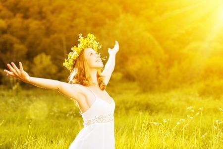 mujer alegre: mujer feliz en guirnalda al aire libre disfrutando de la vida de verano abriendo las manos