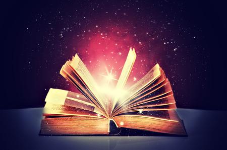 libros: libro mágico abierto y la luz de ella Foto de archivo