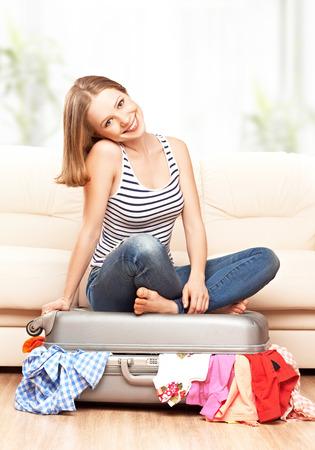 femme valise: femme heureuse est une valise à la maison