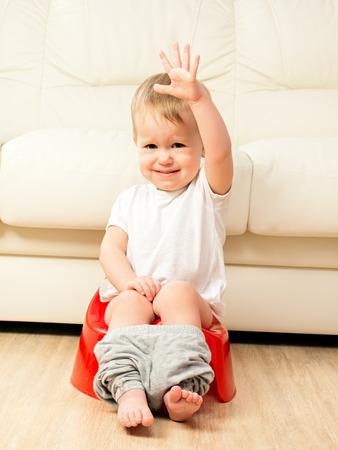 inodoro: bebé sentado en el orinal en el inodoro