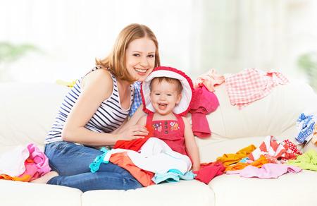 Madre y bebé feliz con la ropa lista para viajar en vacaciones Foto de archivo