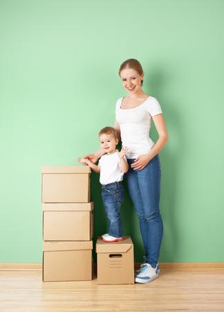 Папа и дочь в квартире