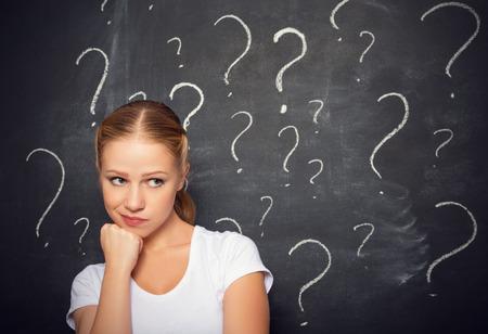 preguntando: concepto de mujer y signo de interrogación dibujado con tiza en la pizarra