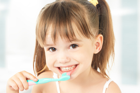 dental hygiene. happy little girl brushing her teeth 스톡 콘텐츠