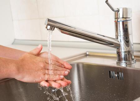 lavage mains: le lavage des mains. mains femme de lavage sous une eau du robinet
