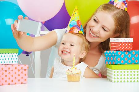 fiesta familiar: ni�os sonrientes felices que toman la foto durante la fiesta de cumplea�os