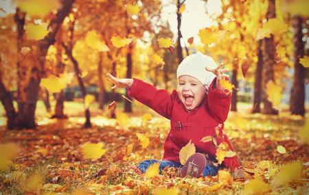 幸せな小さな子供、赤ちゃん女の子笑いと野外の自然散歩で秋に再生 写真素材