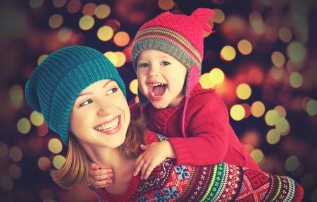famille: m�re de famille heureuse et b�b� petite fille jouant dans l'hiver pour les vacances de No�l