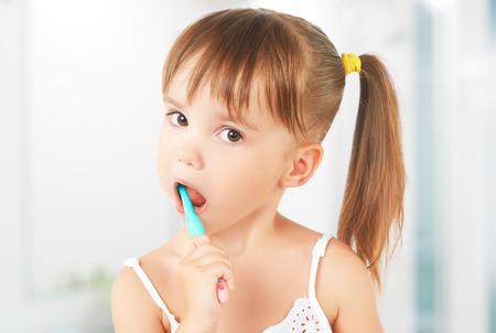 bouche homme: hygiène dentaire. petite fille heureuse se brosser les dents Banque d'images