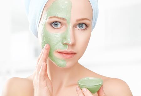 mujer maquillandose: hermosa chica en el ba�o y la m�scara para el cuidado de la piel facial Foto de archivo