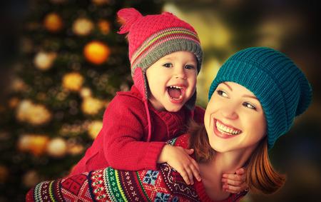 madre di famiglia felice e bambino piccola figlia giocare in inverno per le vacanze di Natale