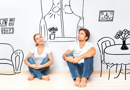planificacion familiar: Familia Concepto: Pares felices en el nuevo sue�o de apartamentos y un plan de interior