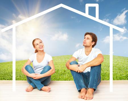 viviendas: Concepto: La vivienda y la hipoteca para familias j�venes. pareja so�ando con su casa