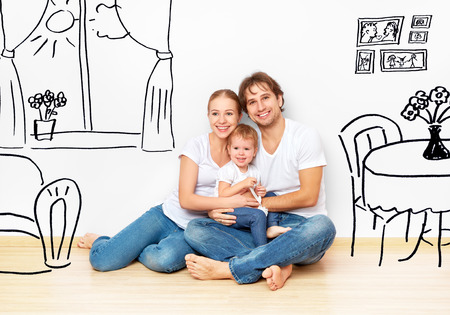 planificacion familiar: Concepto de familia: La familia joven feliz en el nuevo sueño de apartamentos y un plan de interior