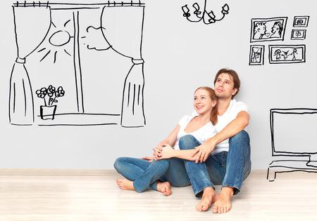 sue�os: Familia Concepto: Pares felices en el nuevo sue�o de apartamentos y un plan de interior