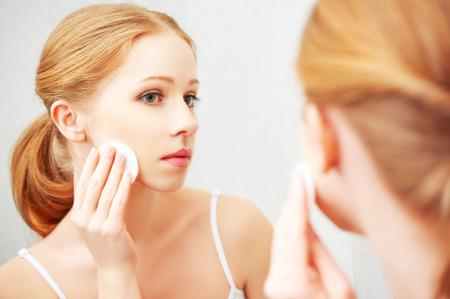 piel rostro: hermosa mujer joven quita maquillaje con cara almohadilla de algod�n piel