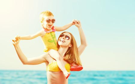 jovem: família feliz na praia. mãe e filha do bebê no mar