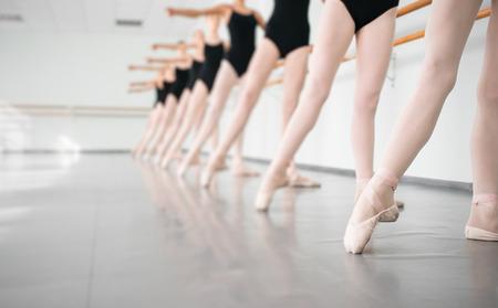 taniec: Nogi młodych tancerzy w klasie ballerinas tańca, baletu klasycznego