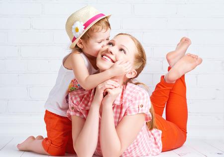 bacio: famiglia felice madre figlia baciare Archivio Fotografico