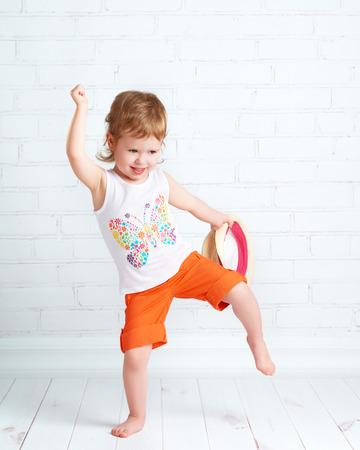 乳幼児: 現代 hip hop のダンスを踊る美しい赤ちゃん幸せ少女ダンサー