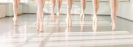 suelos: piernas de bailarines jóvenes bailarinas en la clase de danza clásica, el ballet Foto de archivo