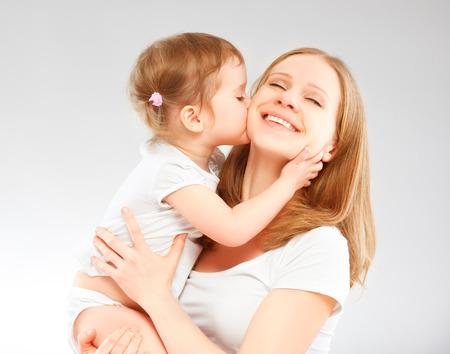 bacio: madre di famiglia felice e bambino figlia abbracciare e baciare