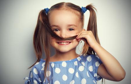 cola mujer: cara feliz niña graciosa en un vestido azul