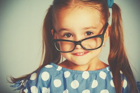 dientes sanos: Una niña niño sonriendo divertida en copas