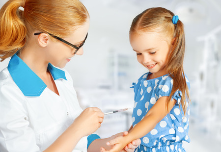pediatra: El m�dico pediatra hace la vacunaci�n vacunado ni�o Foto de archivo