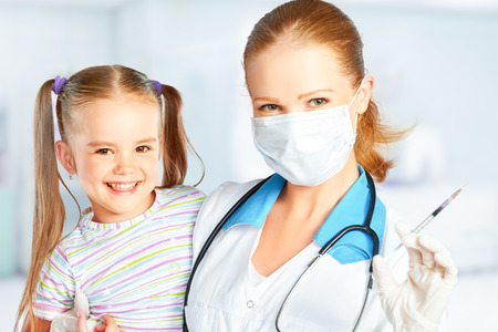 VACUNA: El médico pediatra hace la vacunación vacunado niño Foto de archivo