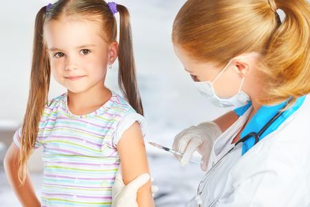 El médico pediatra hace la vacunación vacunado niño Foto de archivo