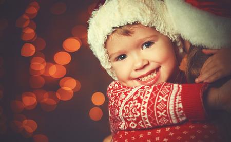 m�gica: Magia de la Navidad de una madre feliz de la familia de la mujer y el ni�o Foto de archivo