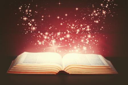 magia: libro mágico abierto y la luz de ella Foto de archivo