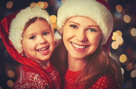 семья: счастливая семья мать и ребенок маленький ребенок, играя в зимний период на рождественские каникулы