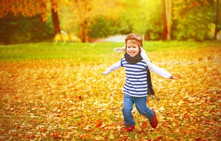 Autumn: niño feliz jugando aviador piloto y sueños al aire libre en otoño Foto de archivo