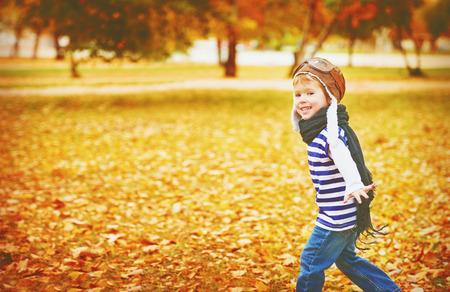voyage vintage: enfants heureux de jouer aviateur pilote et des rêves plein air à l'automne Banque d'images