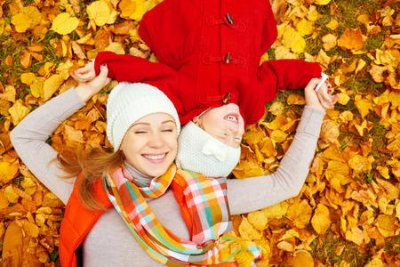 Glückliche Familie: Mutter und Kind kleine Tochter spielen Kuscheln auf Herbst Spaziergang in der Natur im Freien Standard-Bild - 45177122