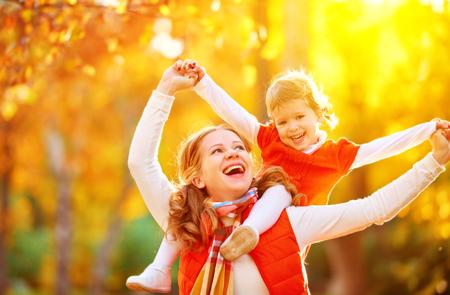 famiglia felice: madre e figlio piccola figlia giocare coccole sulla camminata di autunno nella natura all'aperto Archivio Fotografico