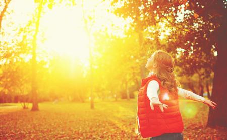 libertad: niña feliz disfrutando de la vida y la libertad en el otoño de la naturaleza