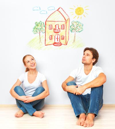 コンセプト: 住宅や若い家族のための住宅ローン。カップルは、彼の家の夢を見てください。