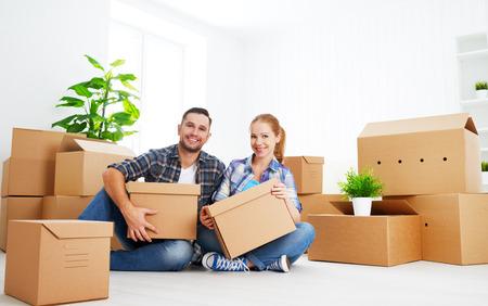 zakelijk: verhuizen naar een nieuw appartement. Gelukkig gezin paar en een heleboel kartonnen dozen. Stockfoto